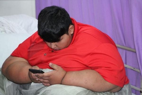 Десятилетний мальчик из Пакистана весит около 200 килограмм
